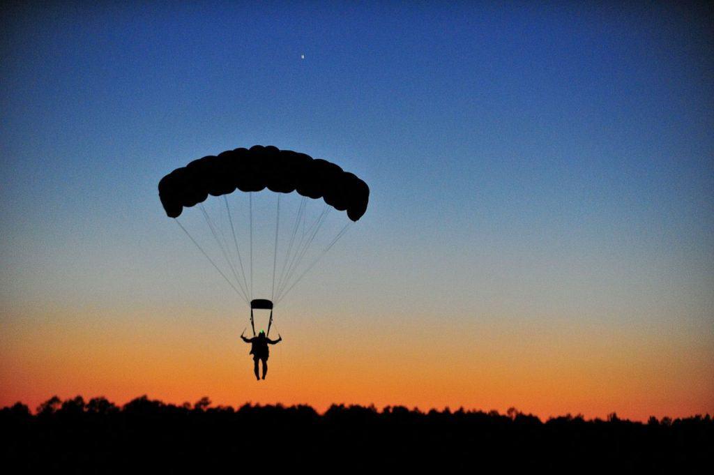parachuting-80095_1280
